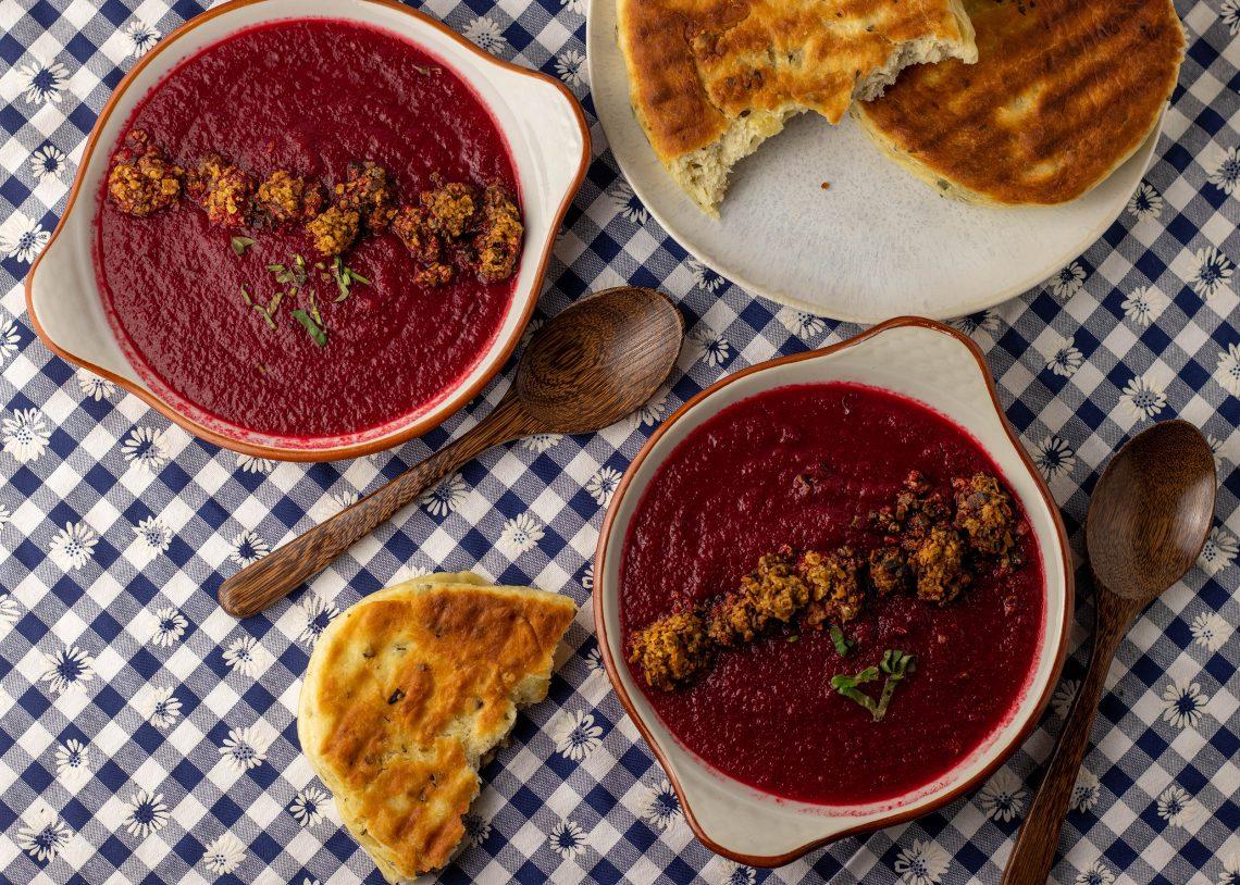 Rote Beete Birnen Suppe mit frischem Pfannenbrot