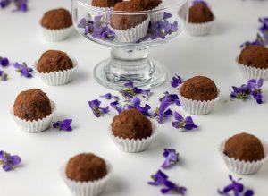 Veilchentrüffel - Schokoladentrüffel mit Veilchenblüten