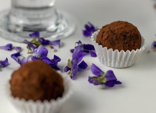 In knackiger Schokolade gewendet