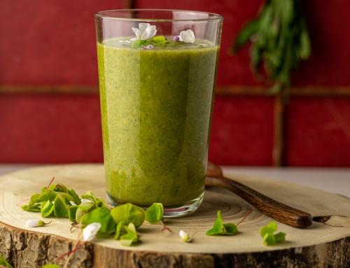 Grüner Wildkräuter-Smoothie mit jungen Birkenblättern