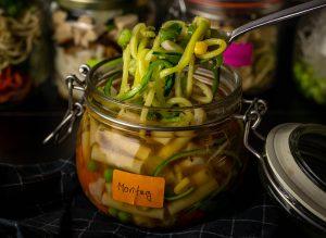 Mit frischen Zoodles und Gemüse