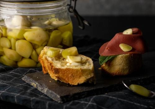 Richtig würzig: laktofermentierter Knoblauch auf Brot!