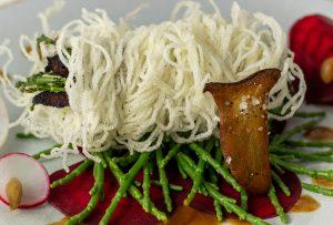 Der Star des Gerichts ist auf jeden Fall der Seespargel, frittiert und roh