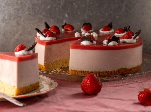 Mit sahniger Quarkcreme und fruchtigem Erdbeerspiegel