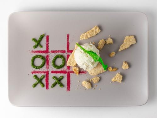 Das Löwenzahnhonig-Basilikum-Pesto als lustiges Tic Tac Toe Spiel