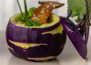Lila Kohlrabi sind besonders hübsch als Suppenteller