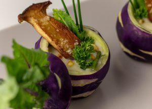 Mit Kohlrabigrün als Einlage in der Suppe