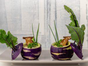 Kohlrabisüppchen mit eigenem Grün, serviert in der Knolle