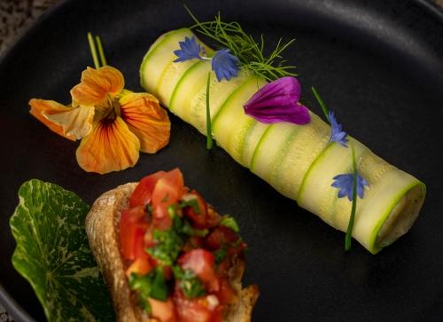 Zucchini Cannelloni an Tomaten Crostini