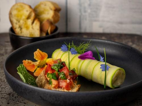 Gerollt in säuerlich blanchierten Zucchini