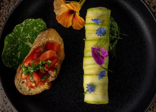 Mit essbaren Blüten und würzigem Kapuzinerkresseblatt