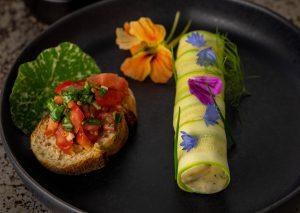 An Crostini mit Basilikum und Tomate