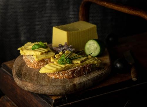 Selbstgemachte vegane Käsesorten schmecken viel besser als die gekaufte