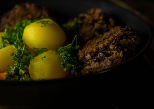 Schwarze-Bohnen-Bouletten, würzig, rein pflanzlich, voller Proteine