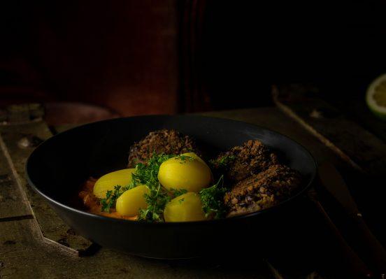 Schwarze-Bohnen-Bouletten mit Paprikasauce und Kartoffeln