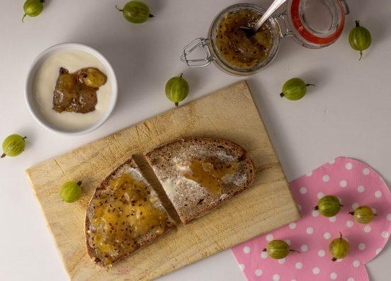 Stachelbeermarmelade aus frisch gepflückten Stachelbeeren