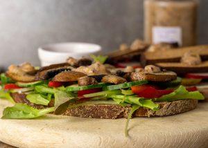 Deftige Stulle mit Stachelbeersenf, Pilzen und Gemüse