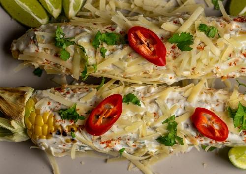 Heiß gewendet in cremigem Dip, mit Chili, Koriander, Limette und Käse