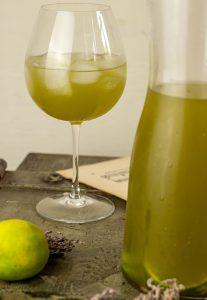 Aufmunternder, grüner Matchatee trifft auf spritzige Limette