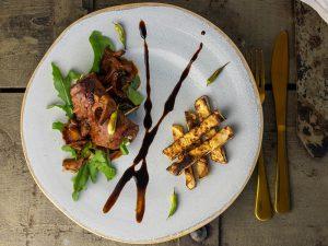 Frisch und lecker: Roulade mit Sauce und Selleriepommes