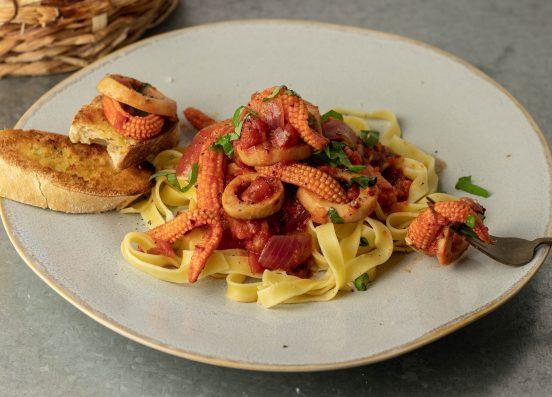 Veganer Tintenfisch in feuriger Tomatensauce