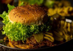 Veganer Chicken Burger mit paniertem Patty