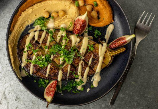 Geröstete Aubergine aus dem Ofen mit Za'atar und Hummus