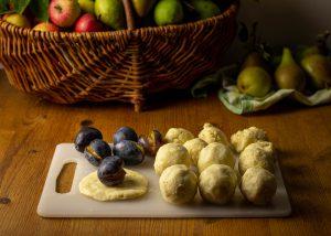 Formen der Zwetschgenknödel im Kartoffelteig