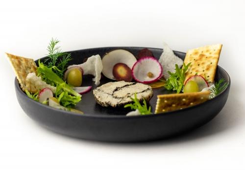 Veganer Frischkäse im Aschemantel, mit getrockneten Thymian