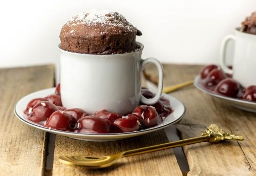 Mug Cake mit heißen Kirschen, blitzschneller Schoko-Tassenkuchen
