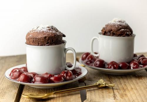 Schokoladenkuchen passt ganz wunderbar zu eingedickten Kirschen