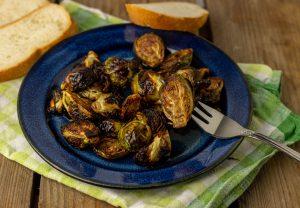 Knuspriger Rosenkohl aus dem Ofen mit Balsamico-Honig-Glasur