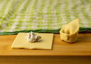 Selbstgemachte Tortellini Schritt 1: ein Klecks Füllung in die Mitte
