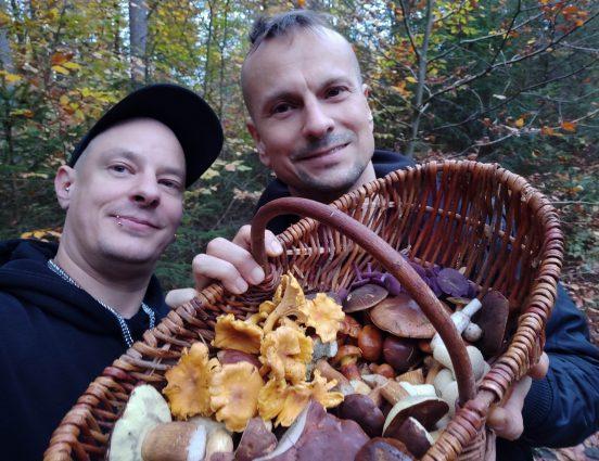 Erfolgreiches Pilze Sammeln im herbstlichen Wald