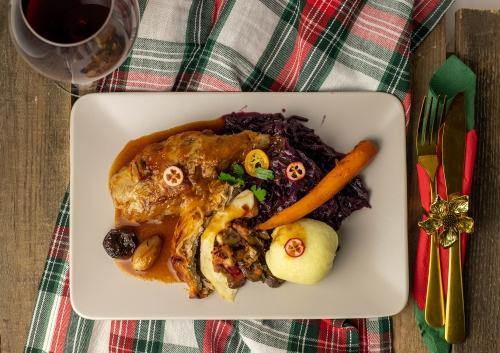 Köstlich mit Rotkohl, Knödeln und Bratensauce