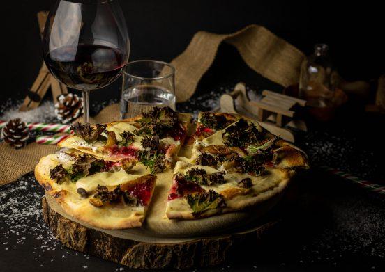 Weihnachtspizza mit Winterpilzen, Grünkohl und Preiselbeeren