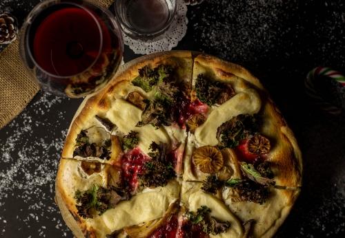 Weihnachtspizza mit Grünkohl und Preiselbeeren