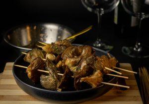 Frisch marinierte Pilze am Spieß, vorm Braten