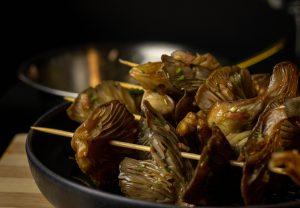 Selbstgesammelte Austernseitlinge, mariniert, bereit für die Grillpfanne