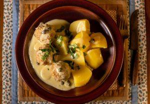 Die cremige, aromatische, würzige Sauce passt perfekt zu Klopsen und Kartoffeln