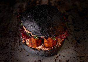 Auf kross gerösteten, soften Brioche Black Burger Buns