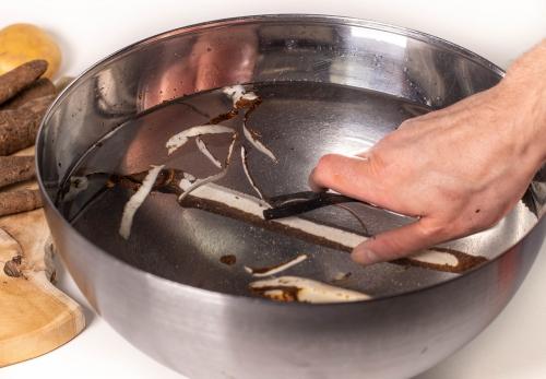 Schälen in Essigwasser, hilft gut gegen die klebrige Milch