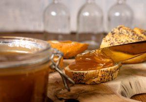 Dulce de Leche ist in Lateinamerika vor allem als Brotaufstrich weit verbreitet