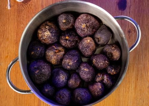 Die gefüllten Auberginen im Topf aneinander legen