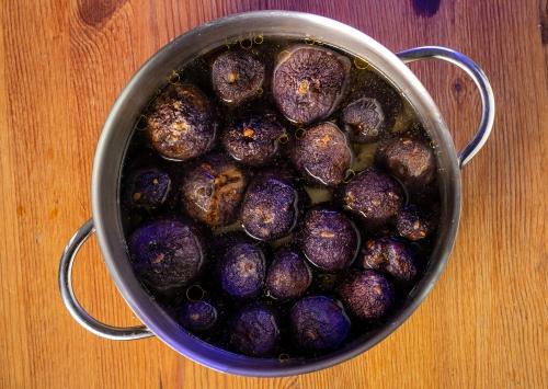 Kochendes Wasser zu den gefüllten Auberginen geben