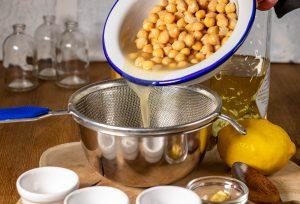Das Aquafaba für die Mayonnaise absieben