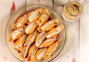 Füllen der Muschelnudeln mit Steinpilz-Ricotta-Creme