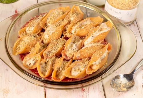 Bestreut mit Walnuss Parmesan, bereit für den Ofen
