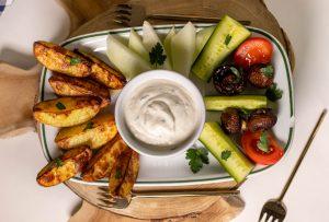 Vegane Sour Cream mit Snacks zum Dippen
