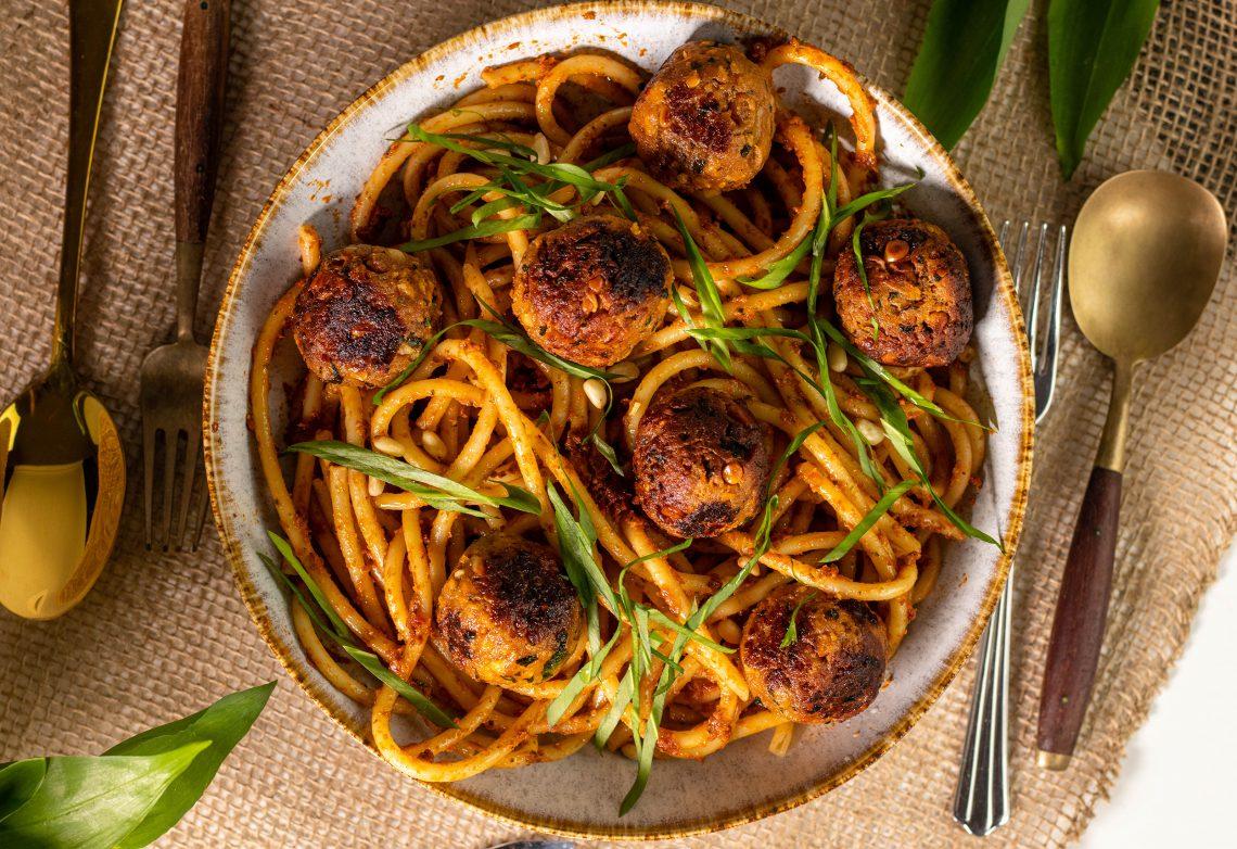 Bärlauchbällchen auf Makkaroni mit Bärlauch-Tomaten-Pesto